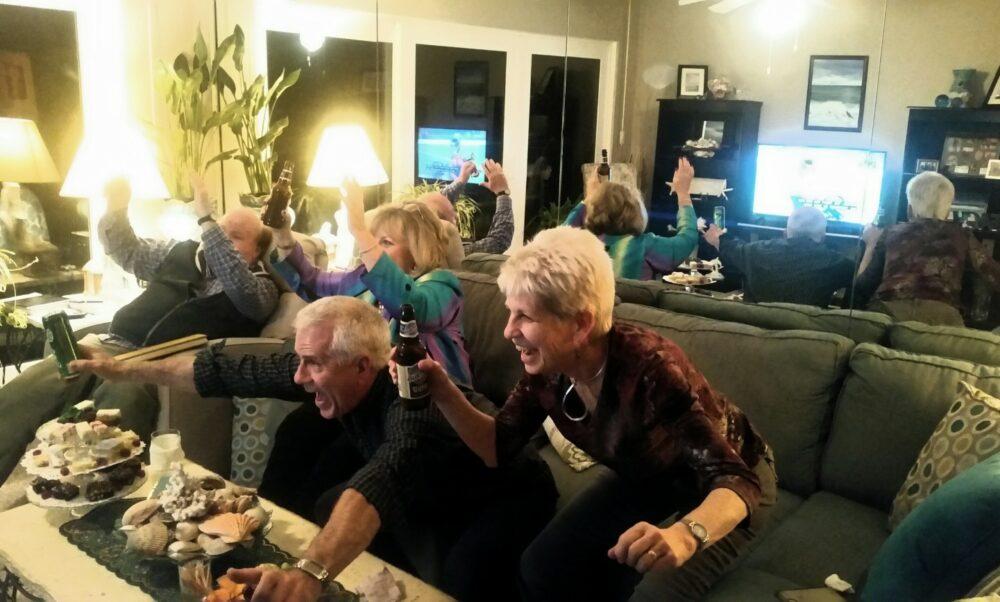 Baby boomers dans leurs grande maison en train de regarder un match
