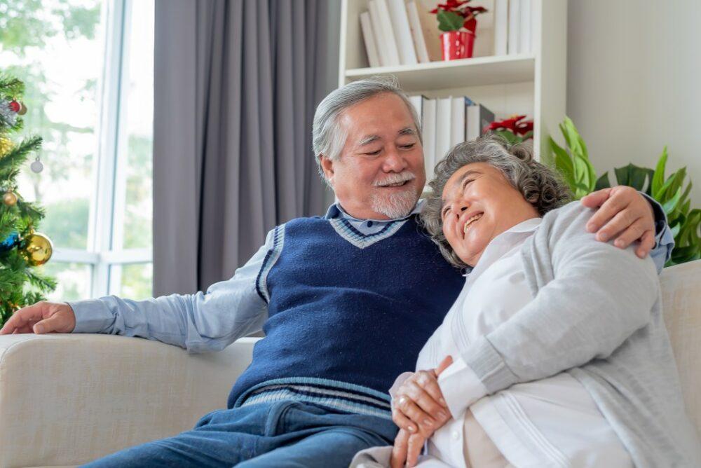 Vieux couple dans leur maison