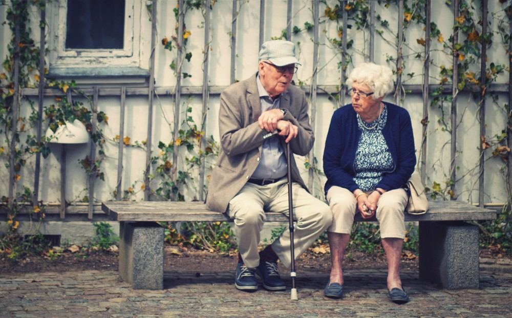 Vieux couple dans une maison de retraite