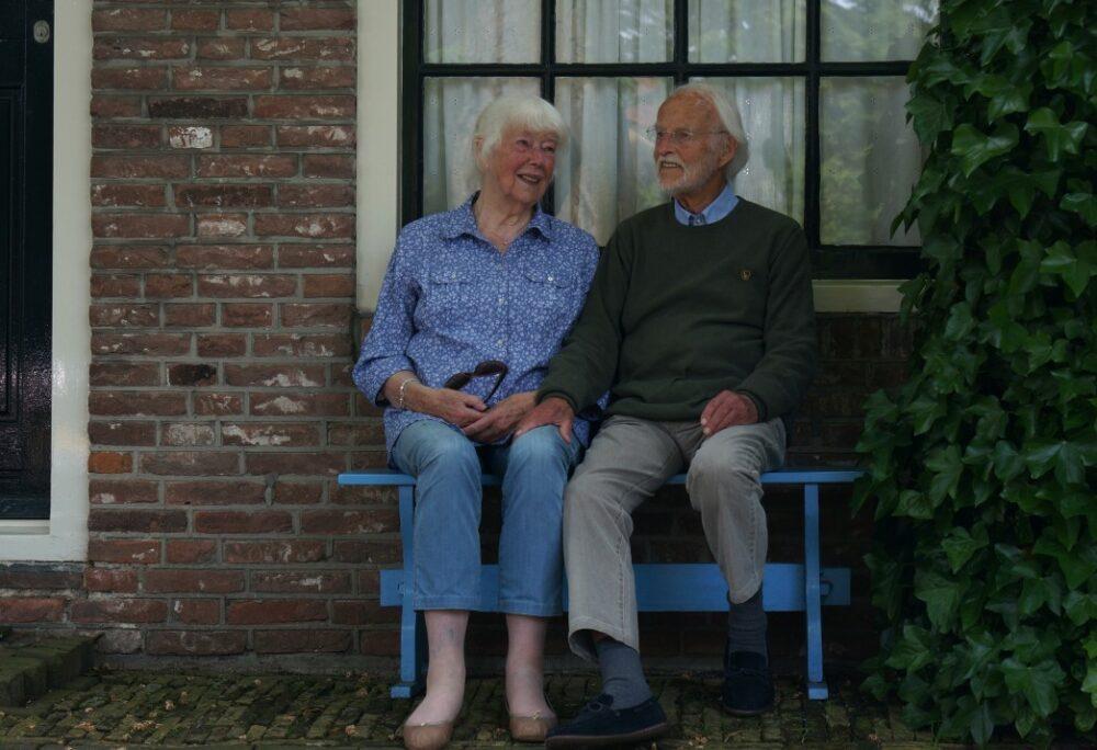 couple retraité devant leurs maison