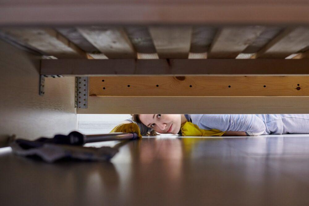 nettoyage en bas du lit